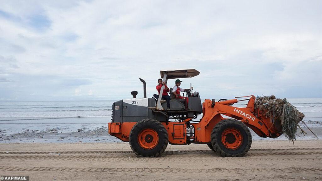 Популярный курорт Бали тонет в мусоре.